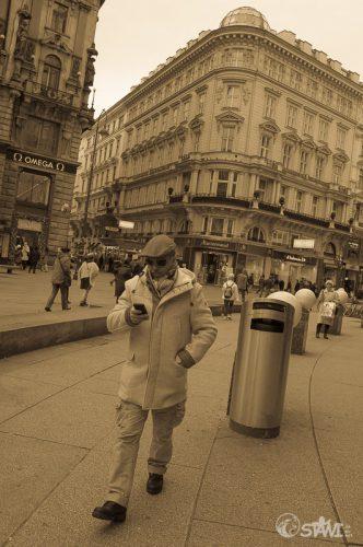 Mann mit Smartphone in der Stadt